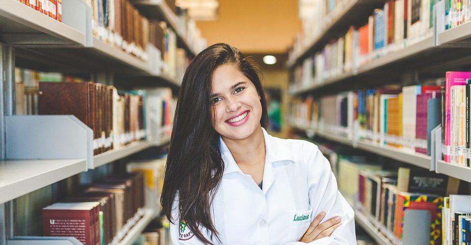 Etudiante bibliothèque
